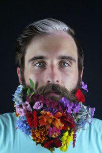 Mars u Ribama romantičar sa cvetom u ruci